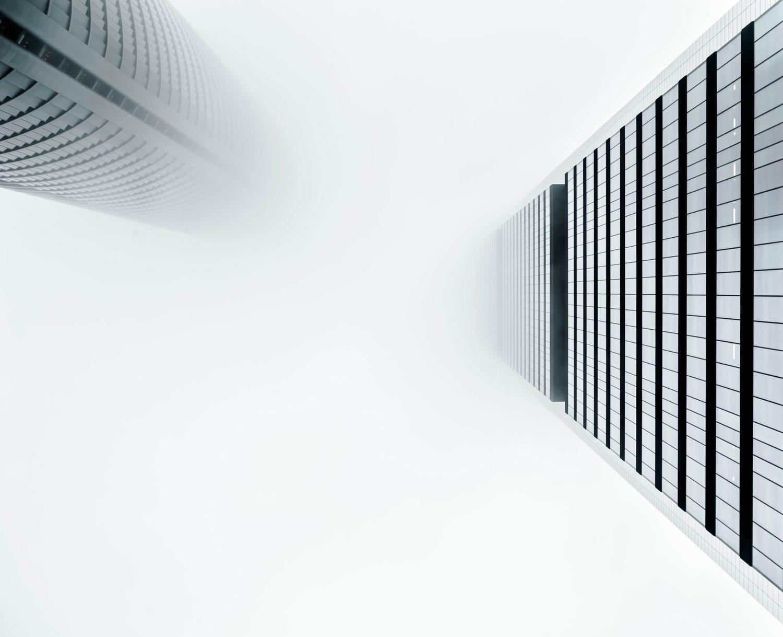 Edificios fotografiados desde un ángulo bajo