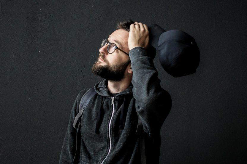 chico joven con gafas posando en retrato