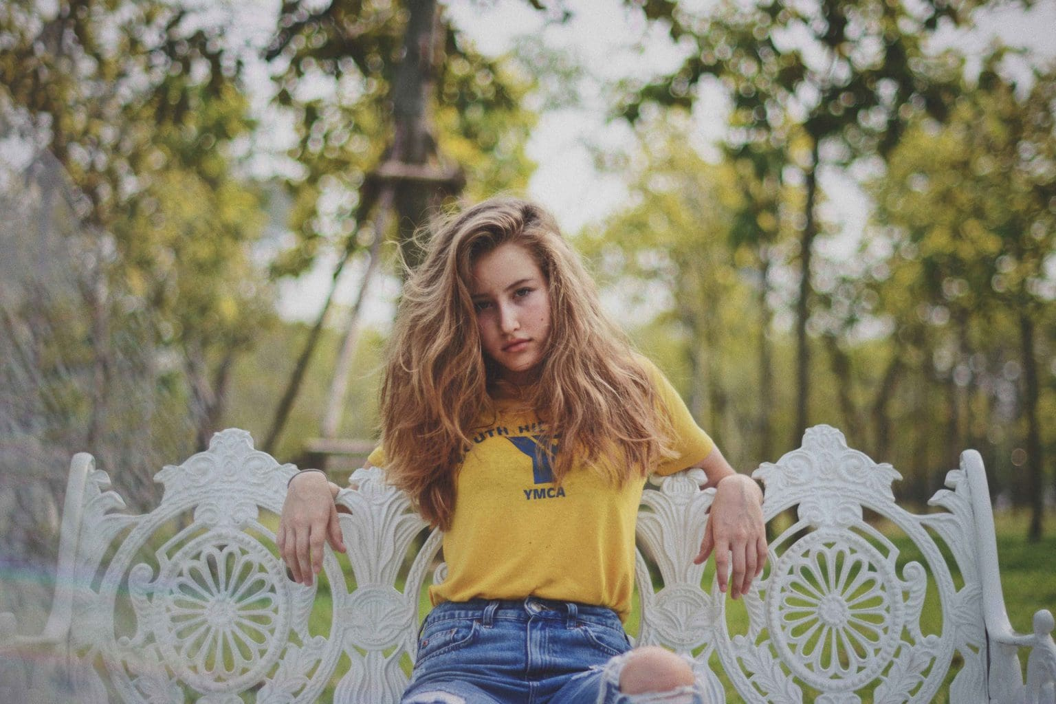 Retrato de chica joven tomado con un objetivo estándar