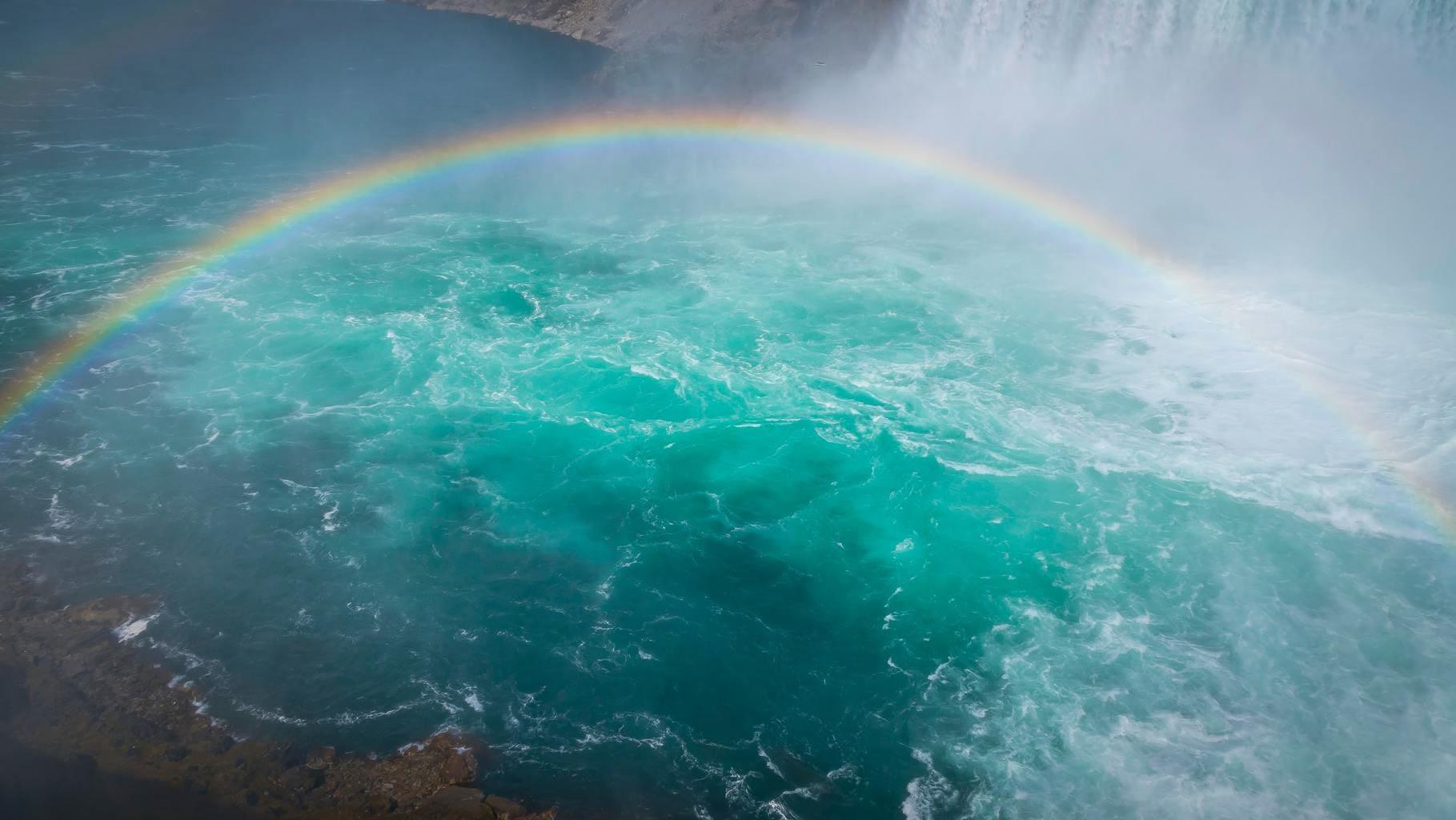Arcoíris formado en cataratas