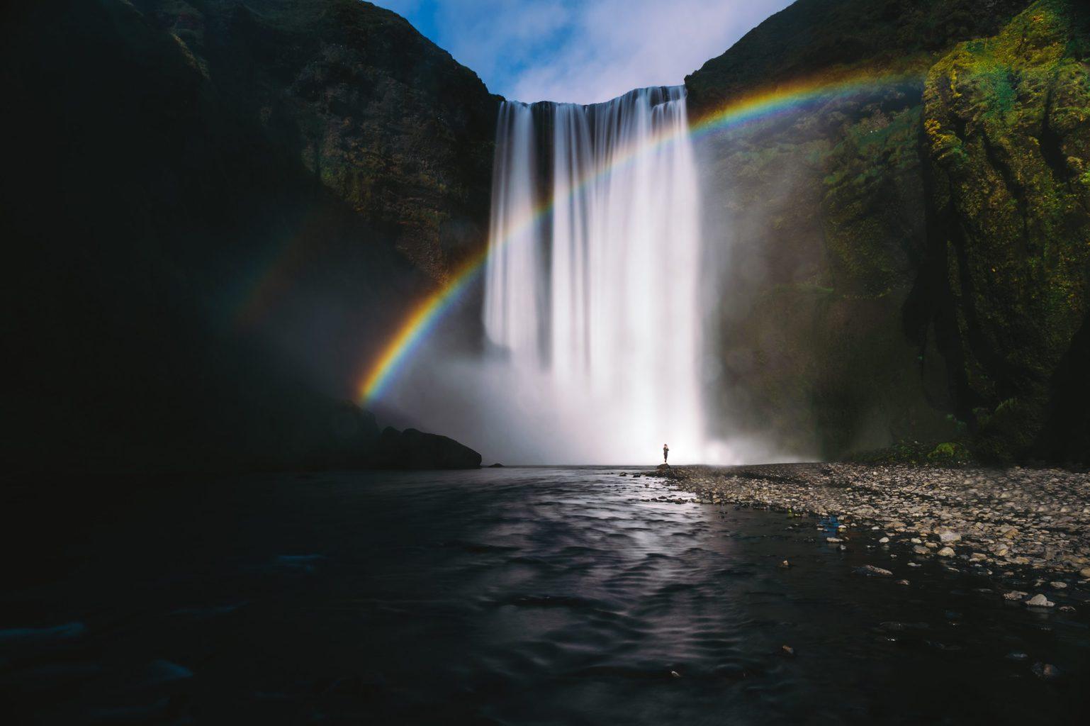 Arcoíris en cascadas con elemento humano