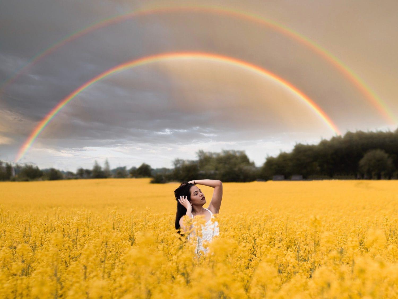 Arcoíris como fondo en un retrato
