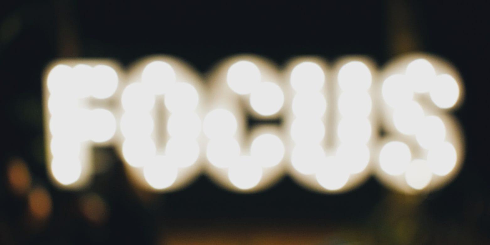 letras de neon que ponen focus