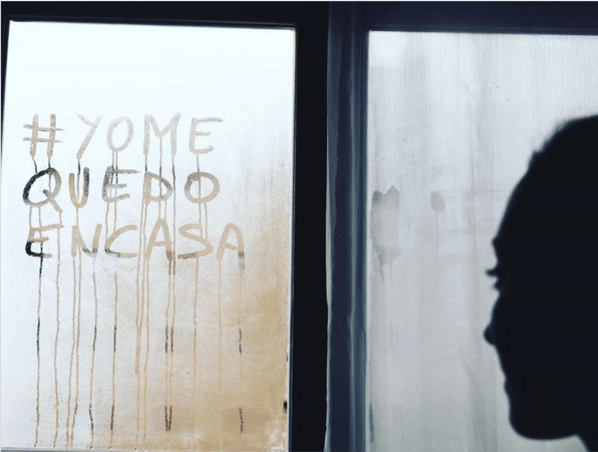 mensaje en ventana #yomequedoencasa