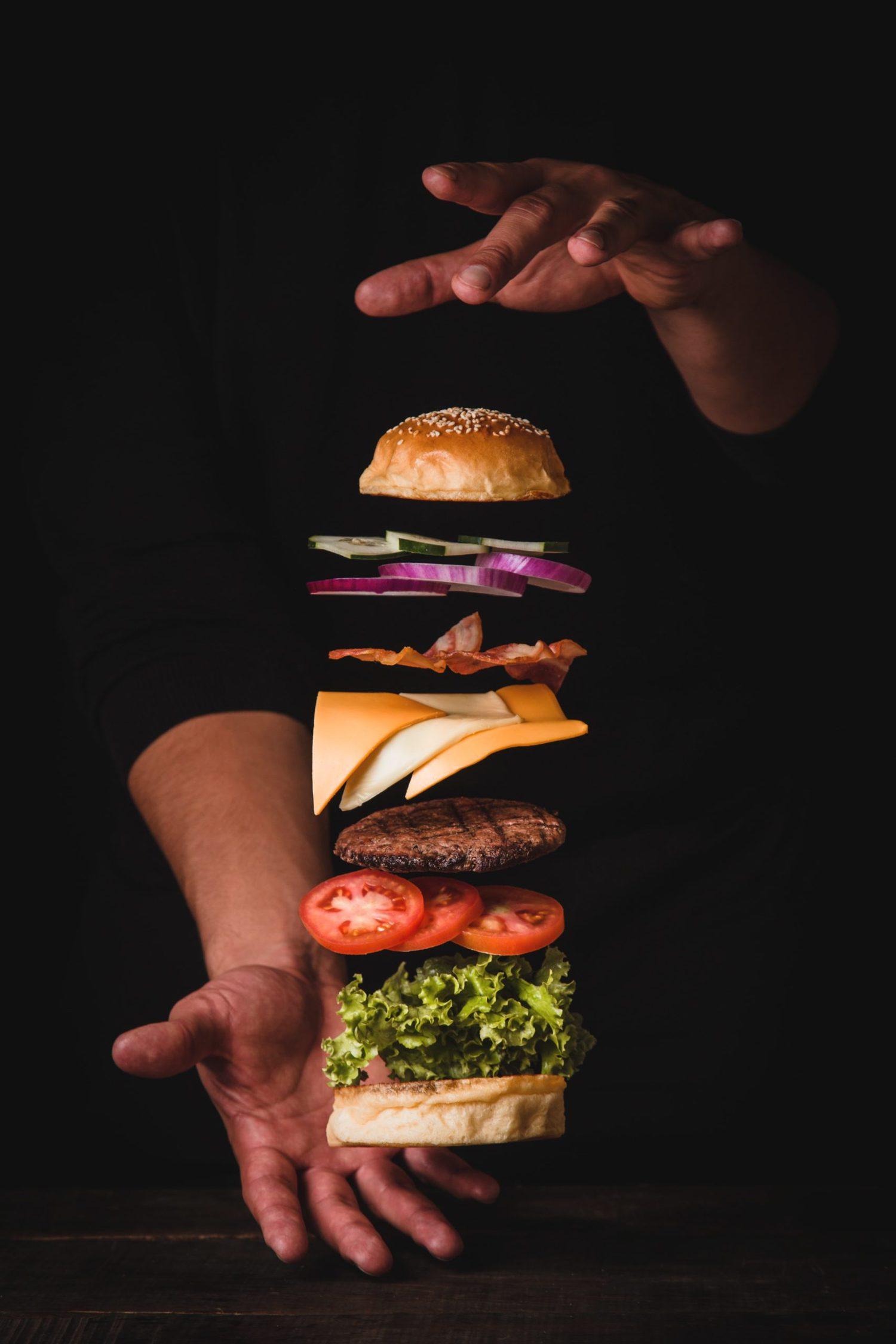 ingredientes de hamburguesa en el aire