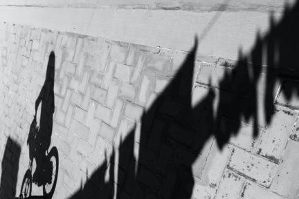 sombra de niña en bici