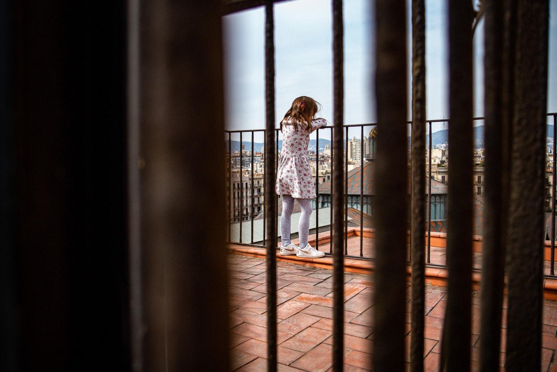 niña asomada al balcón