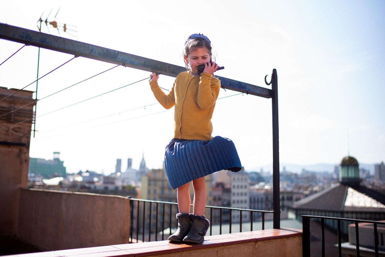 niña hablando por walkie