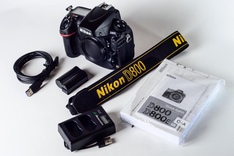 Cámara Nikon D800 con accesorios y manual de instrucciones
