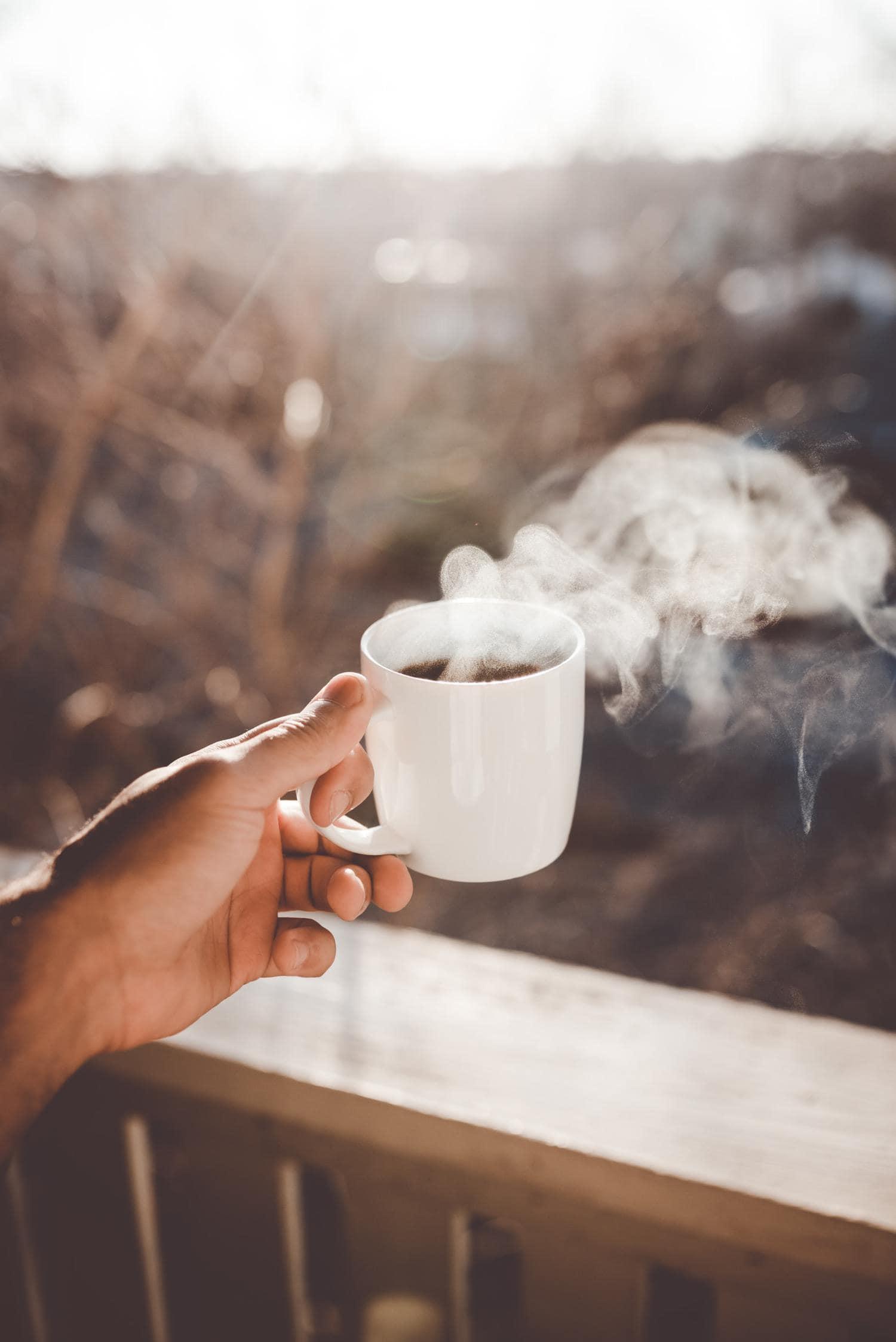 Café humeante en ventana