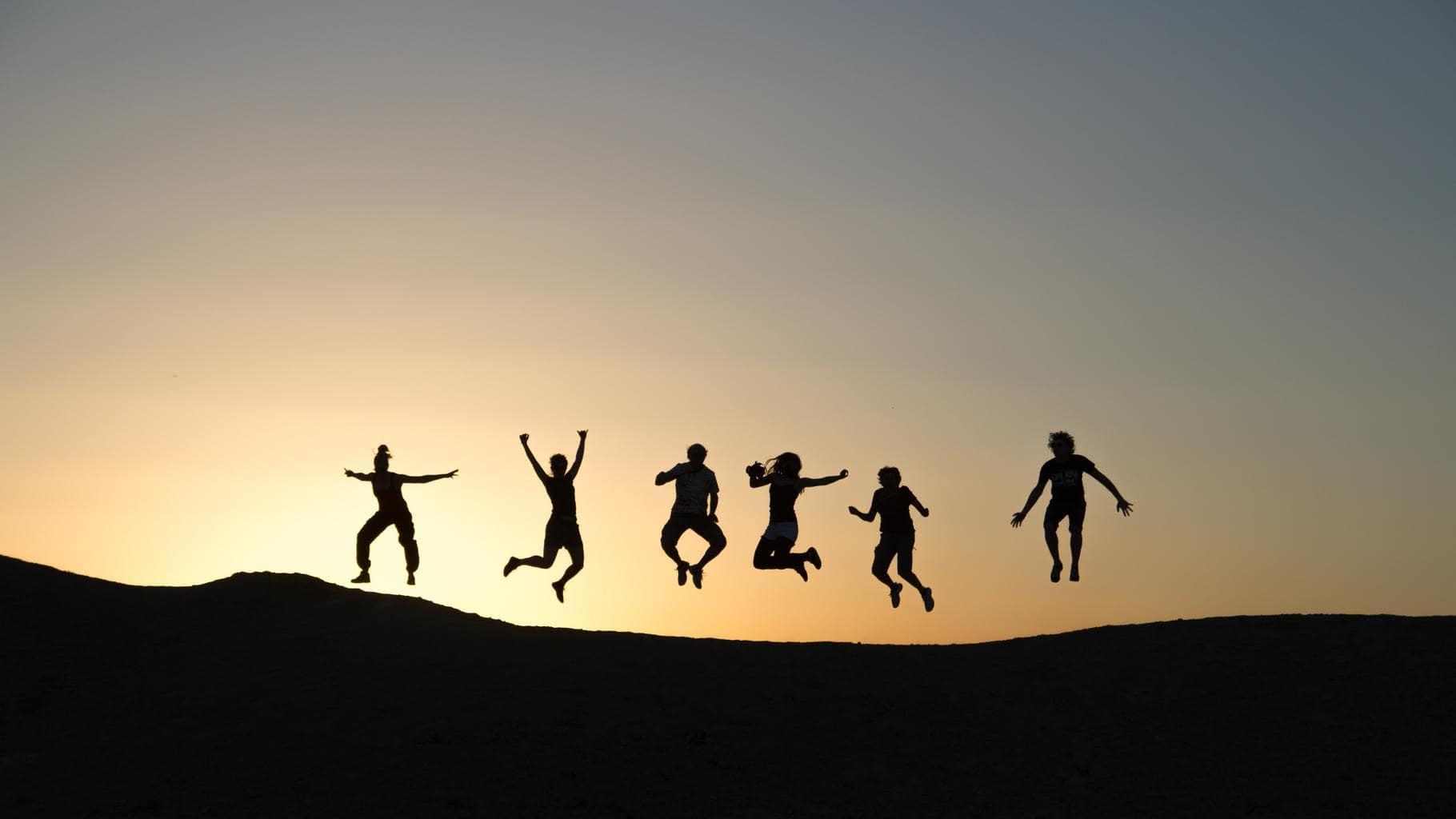 Siluetas de varias personas saltando