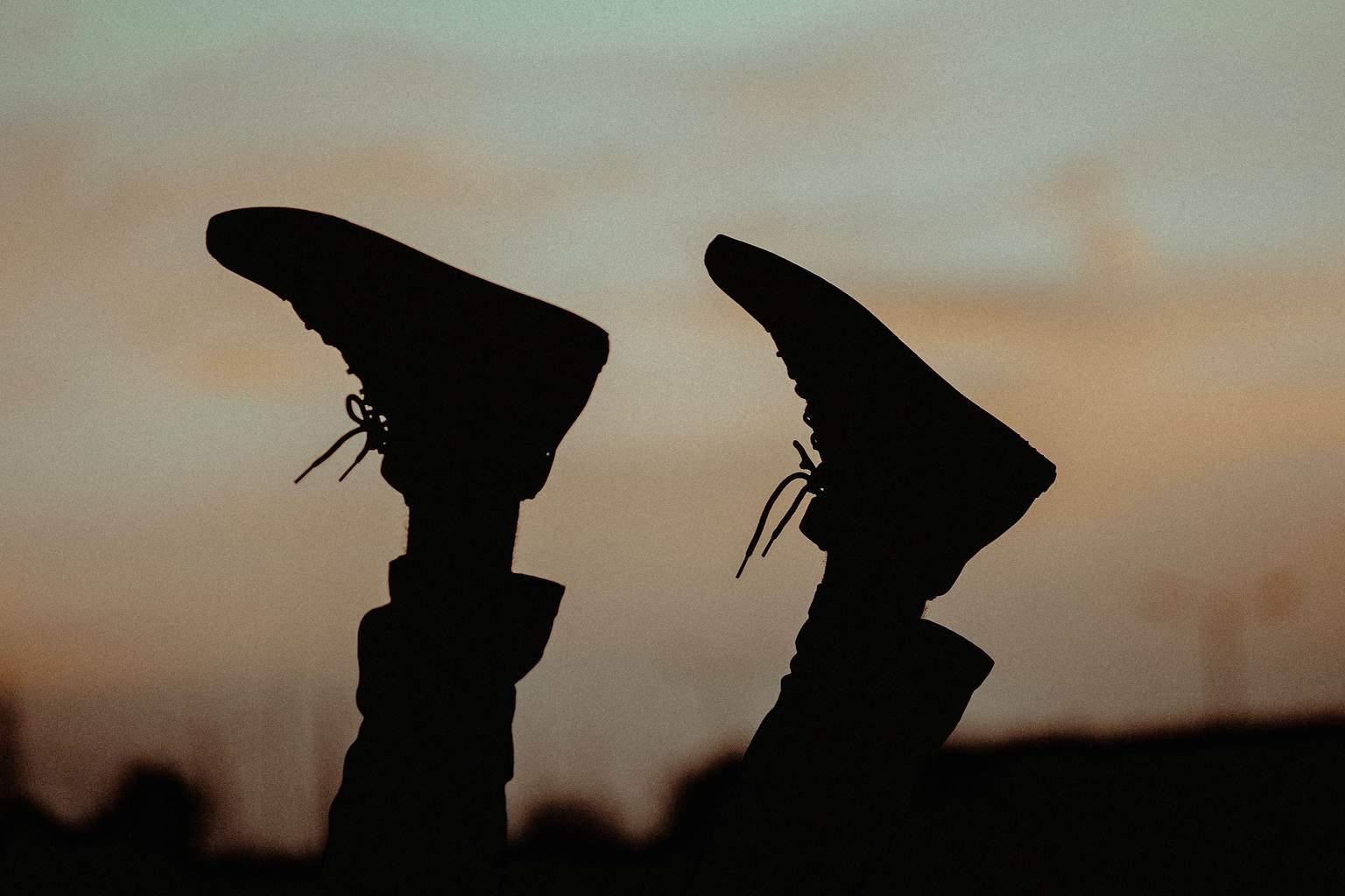Silueta de zapatos en unos pies al aire