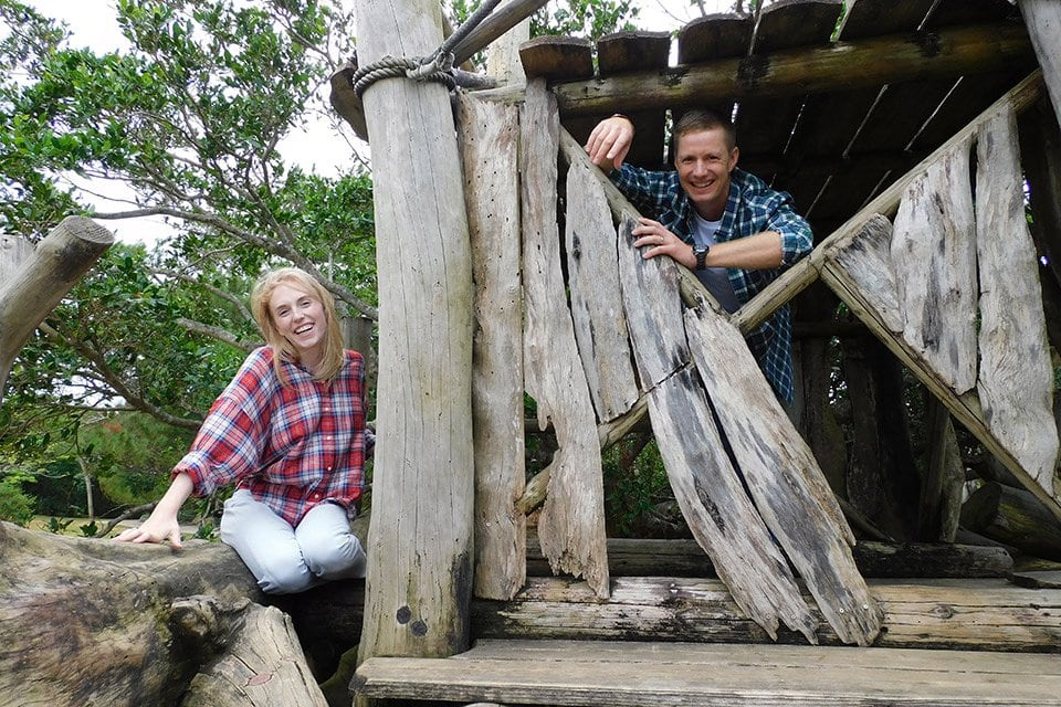pareja en una cabaña de troncos