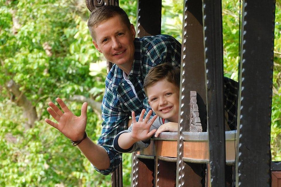 padre e hijo saludando, fotografiados con una coolpix B600