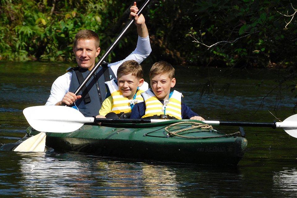 Familia en canoa tomada con Coolpix B600