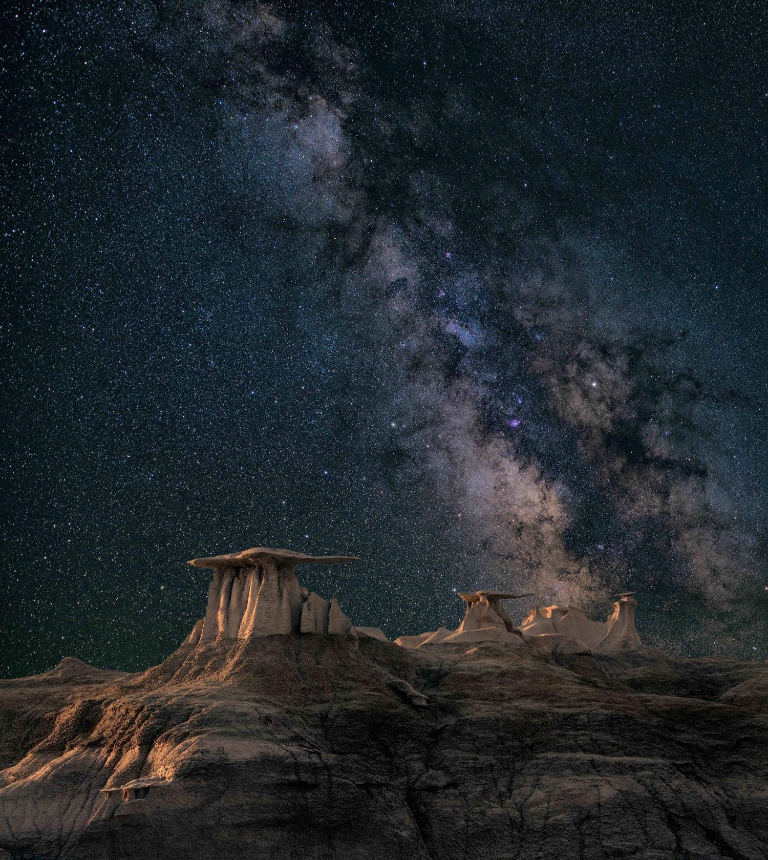 Paisaje nocturno con cielo estrellado y Vía Láctea