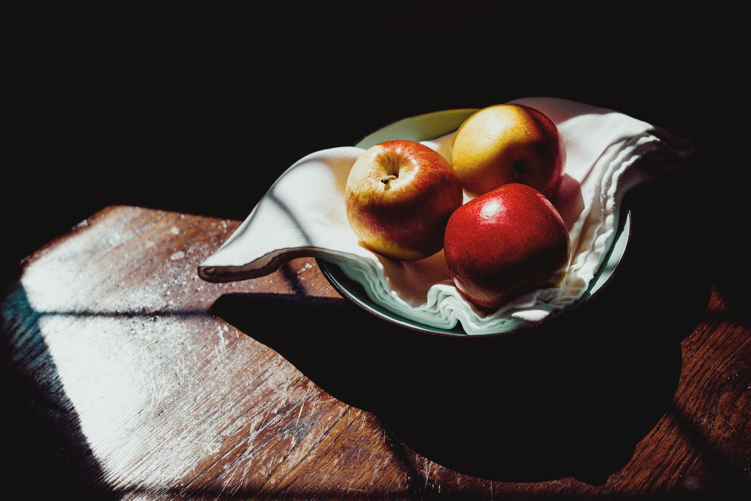 naturaleza muerta manzana luz ventana