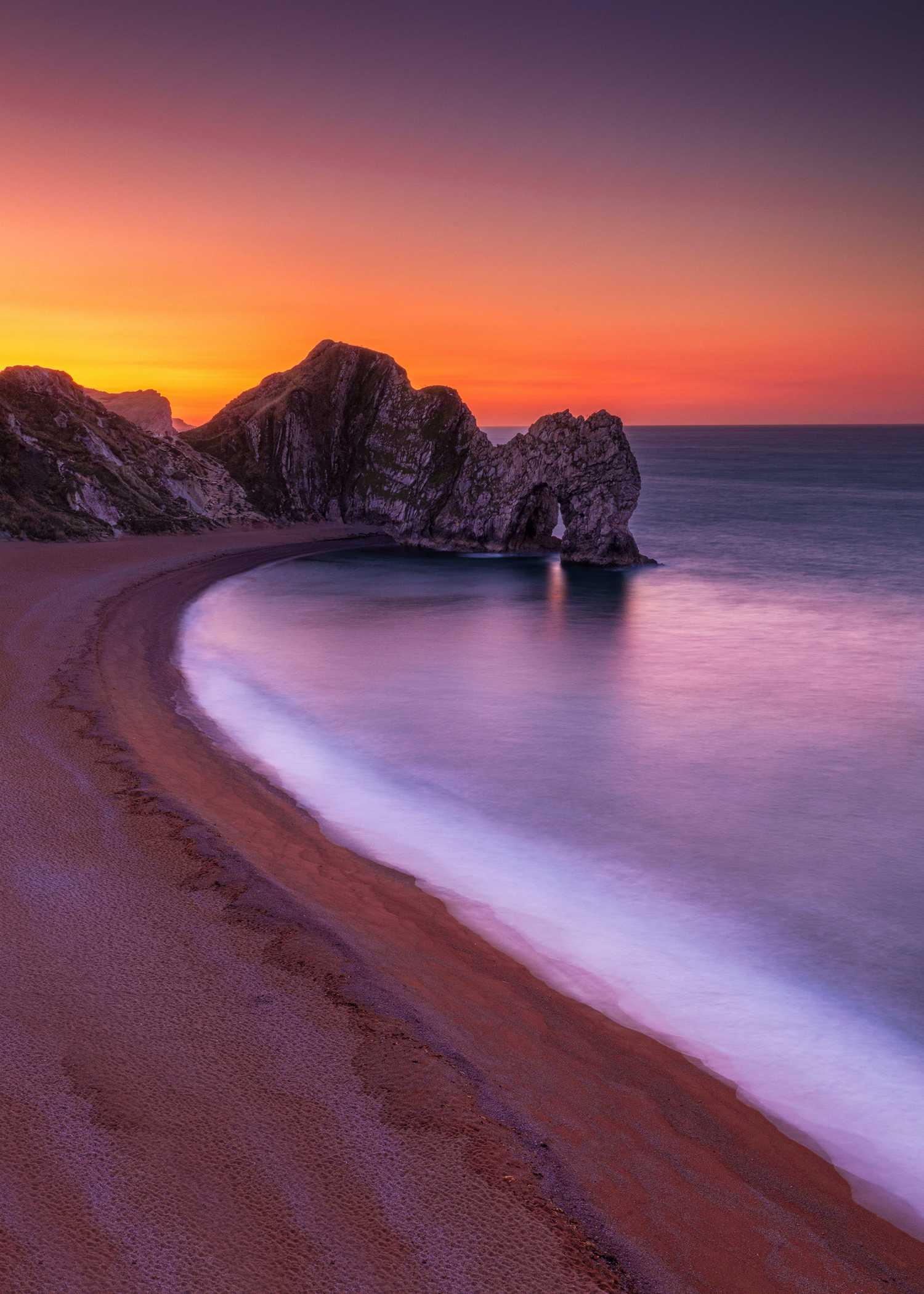 Fotografía de paisaje al amanecer en la costa, en larga exposición