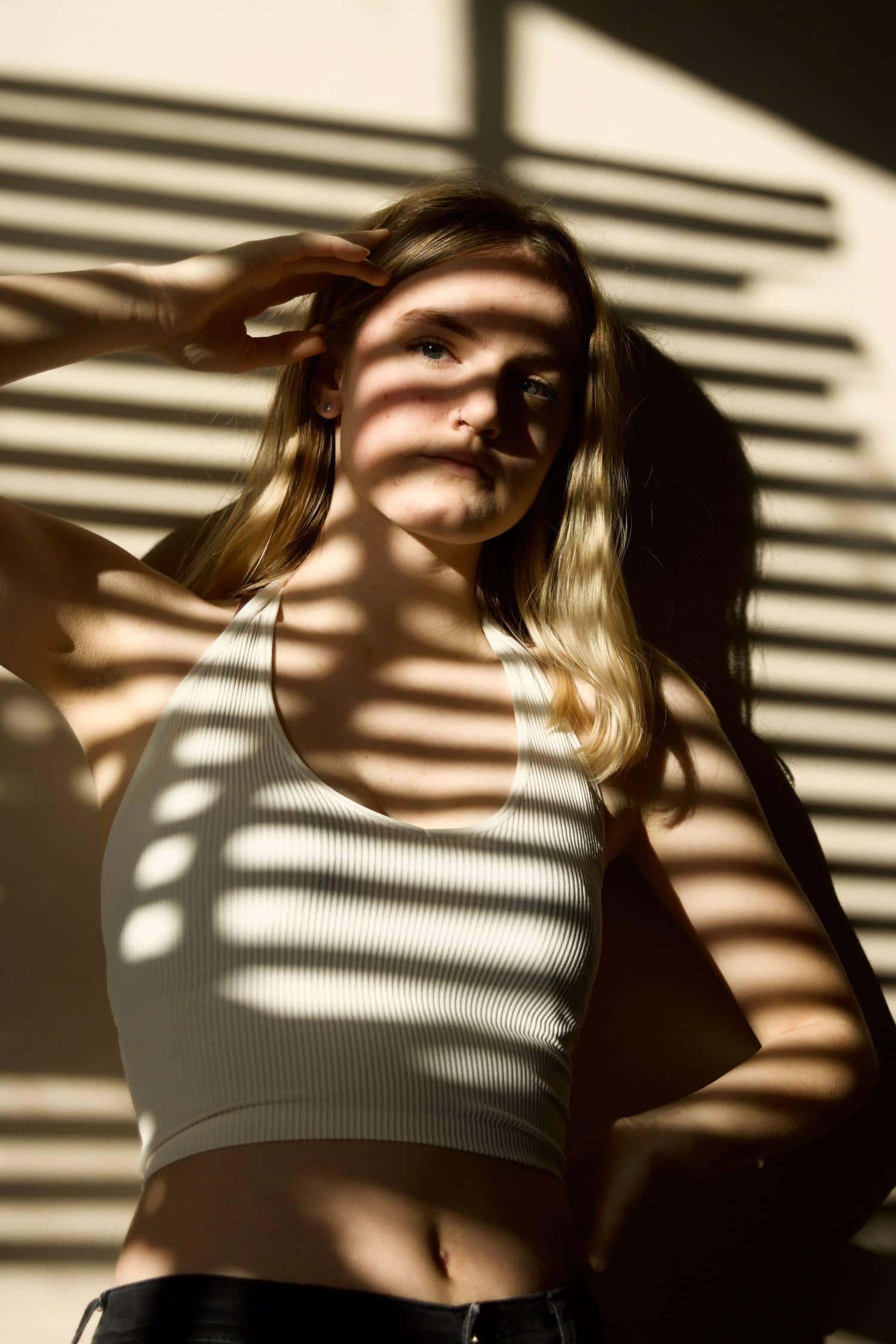Retrato con sombras de la ventana