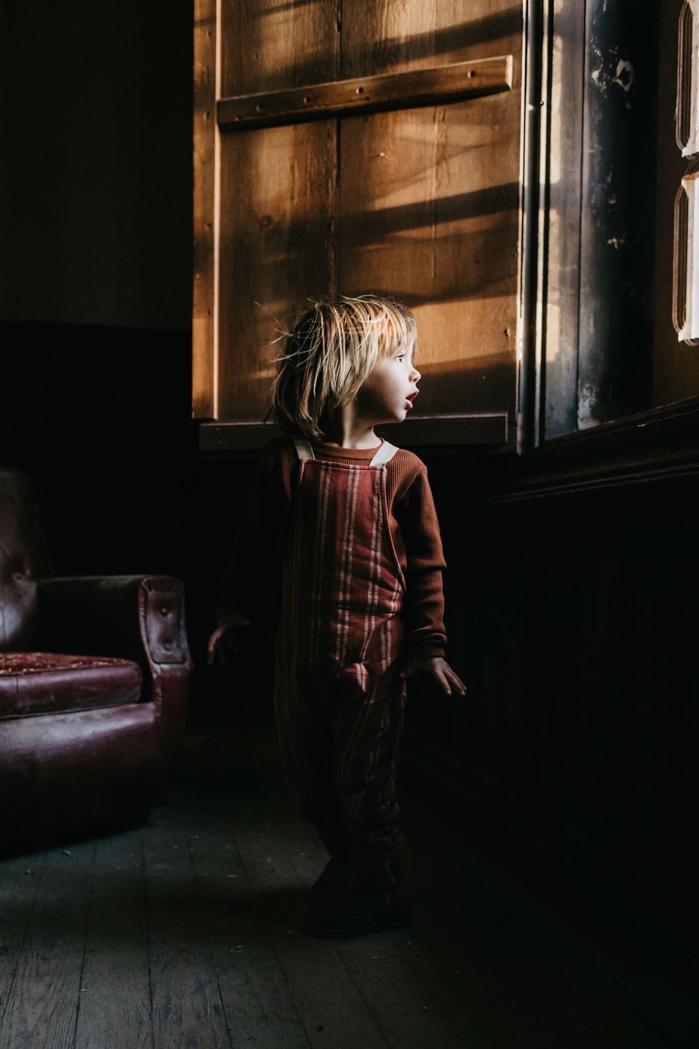 niño en ventana