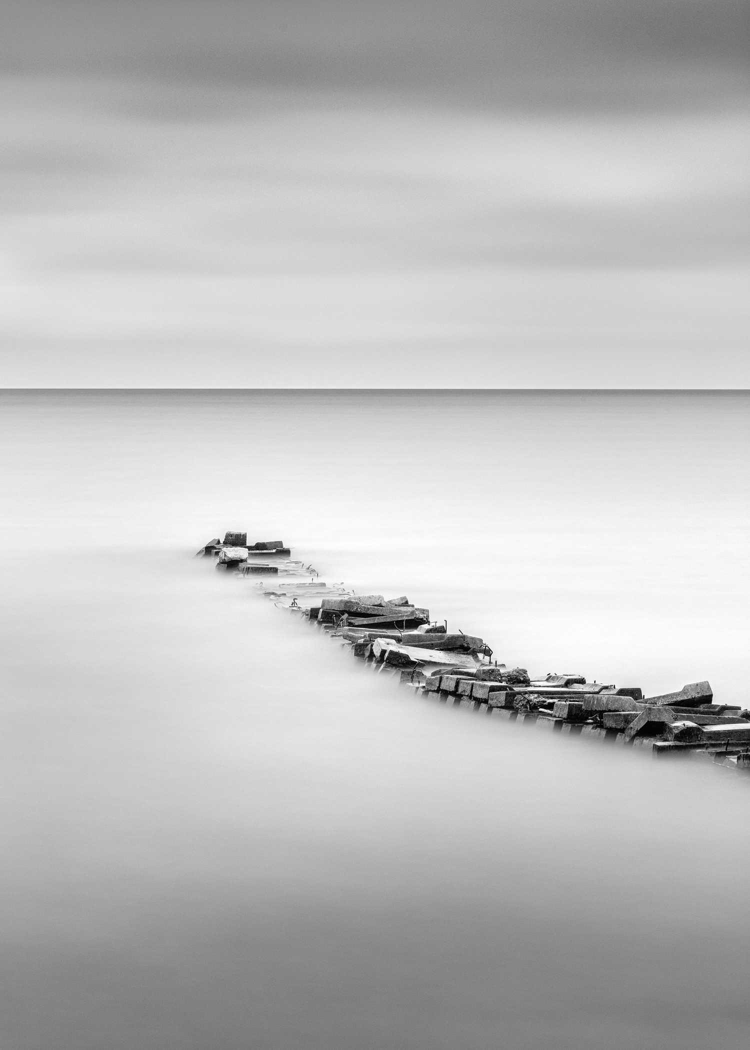 Fotografía en blanco y negro de paisaje minimalista y larga exposición