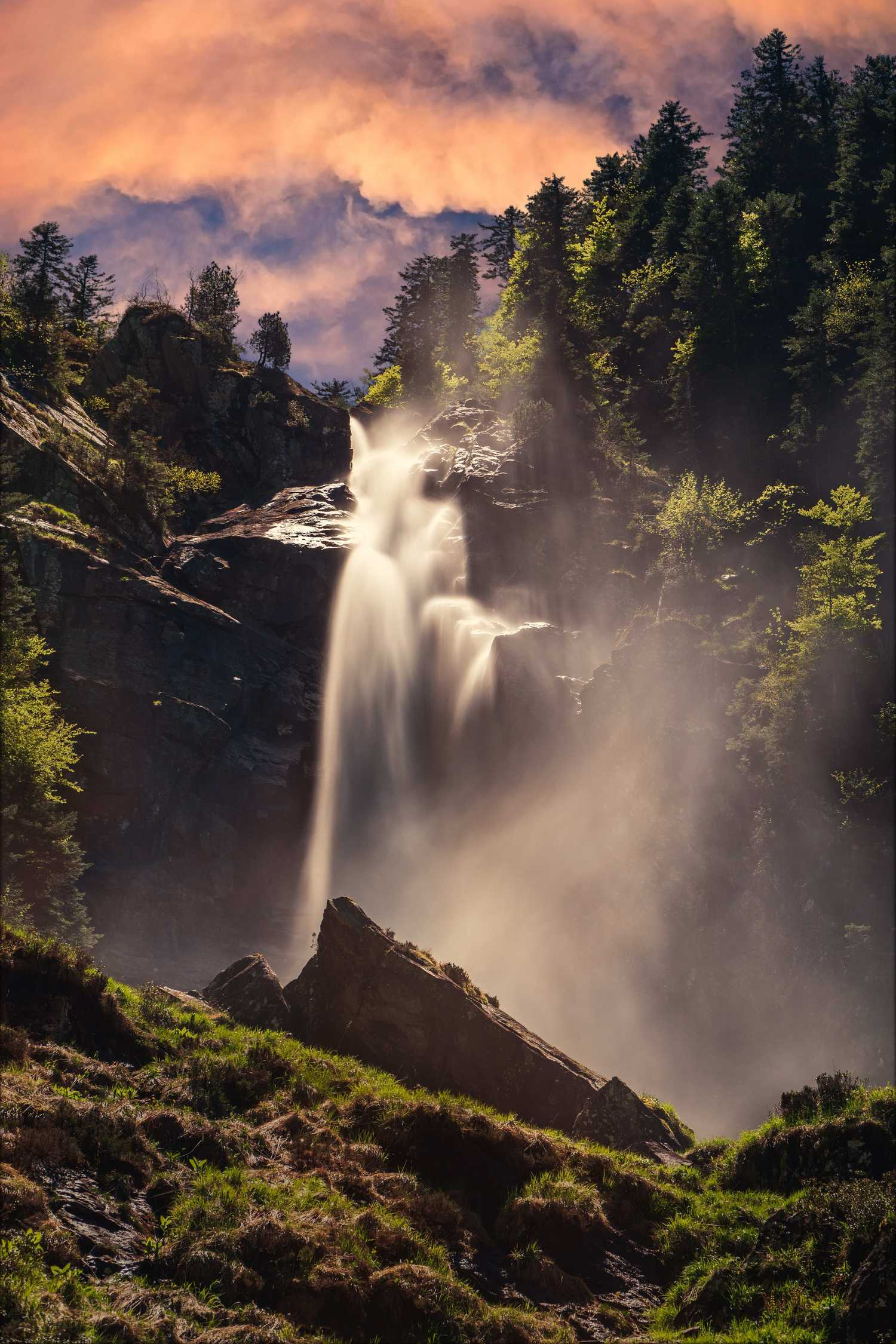 Paisaje nítido de cascadas y niebla