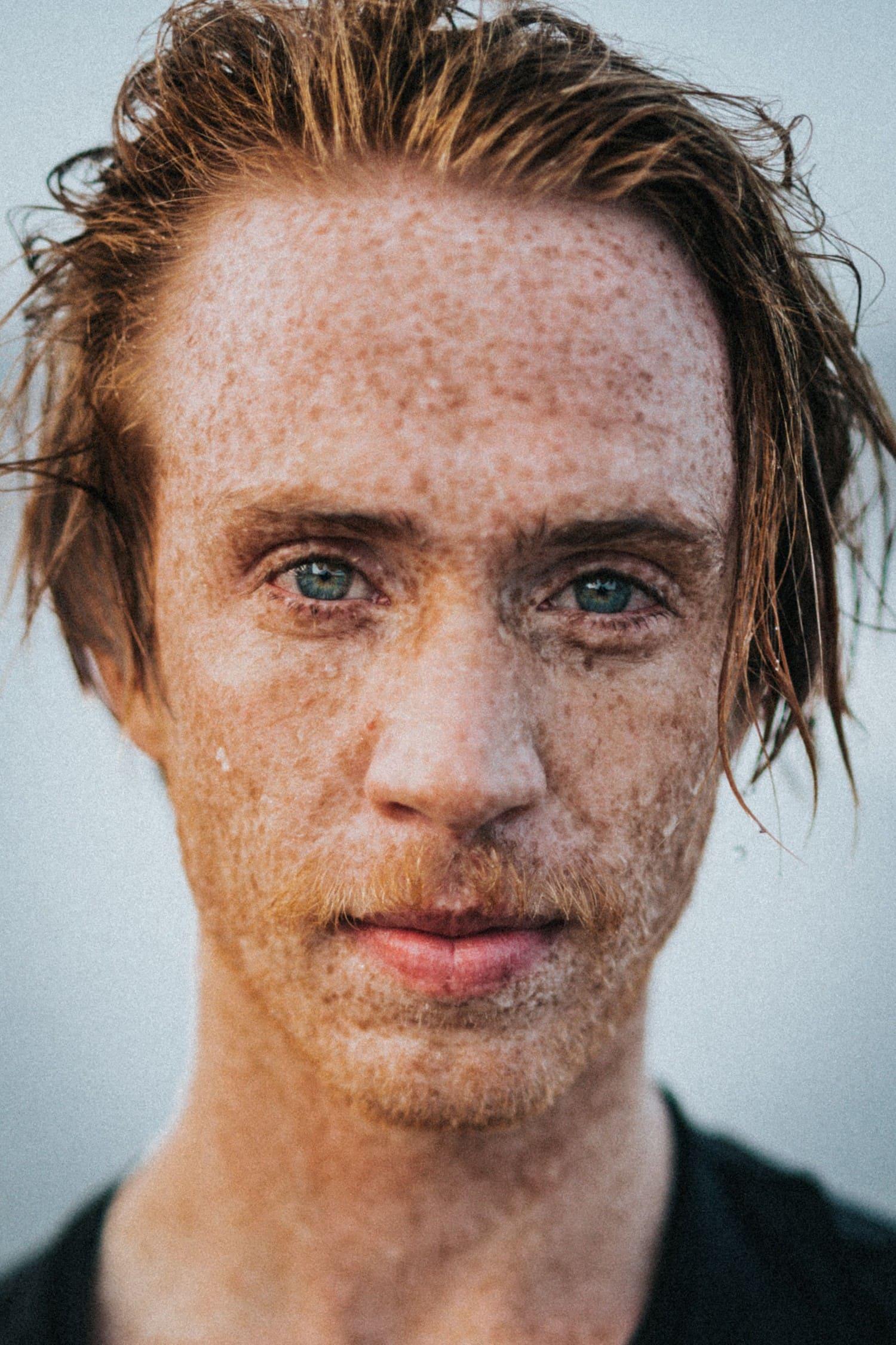 Retrato de chico con ojos claros y pelirrojo realizado con apertura amplia