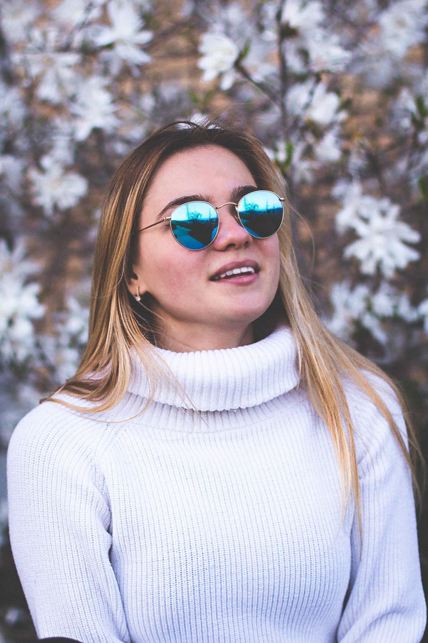 Retrato de chica joven con gafas de sol