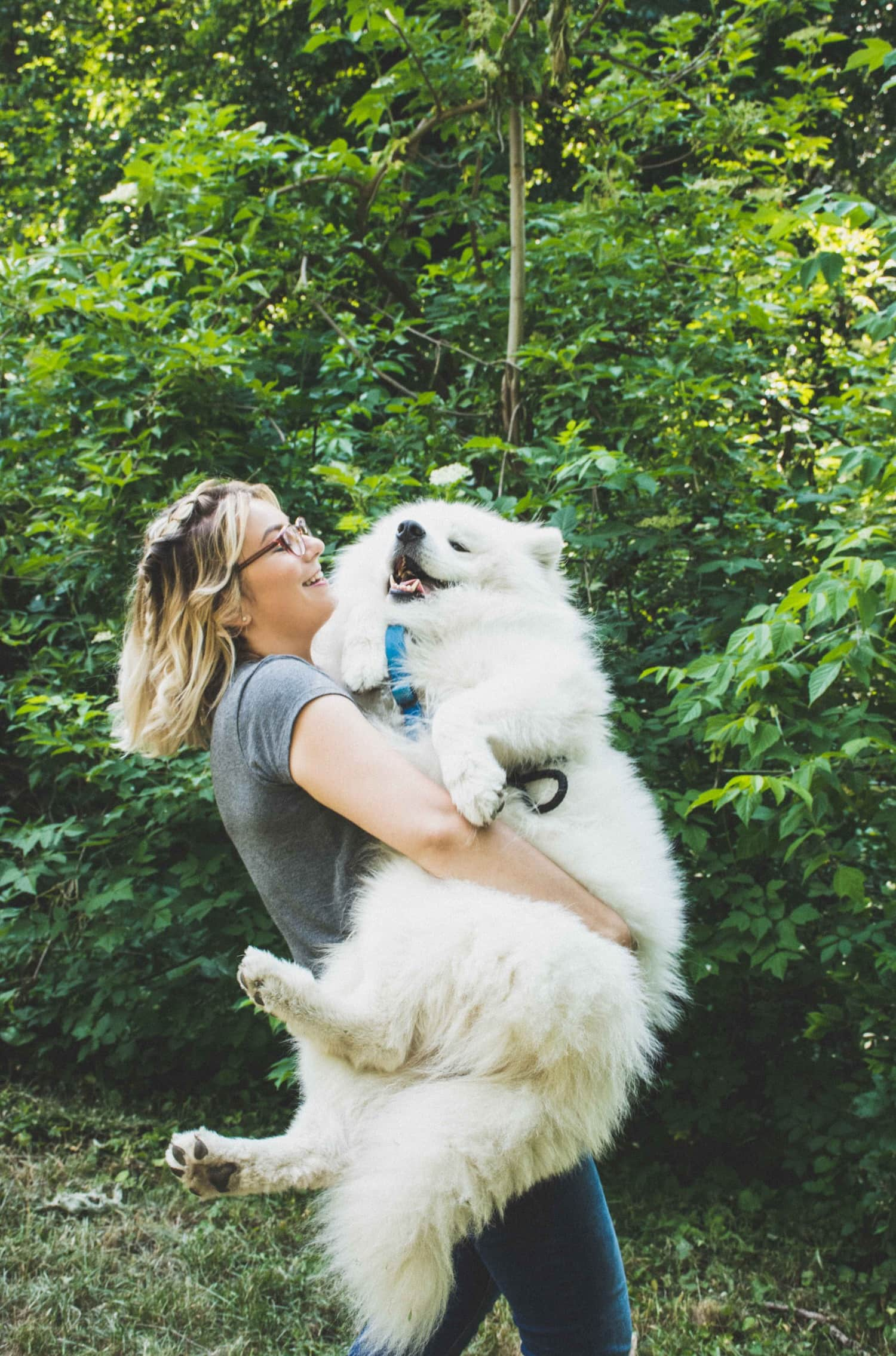 Chica tomando a su perro