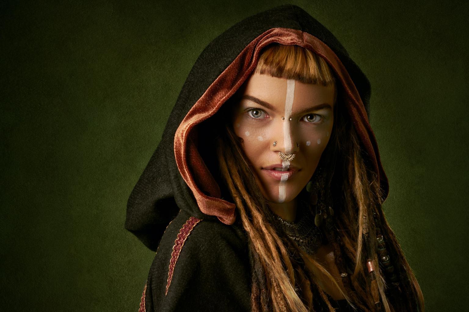 Retrato de mujer con un atuendo y maquillaje que evoca a lo exótico y a historias de otras culturas