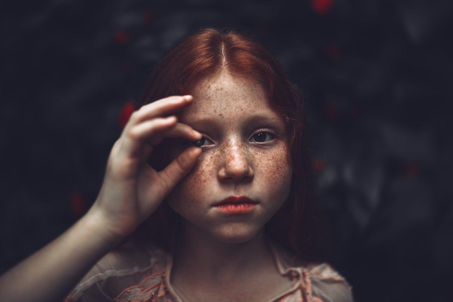 Retrato de niña pelirroja y pecas