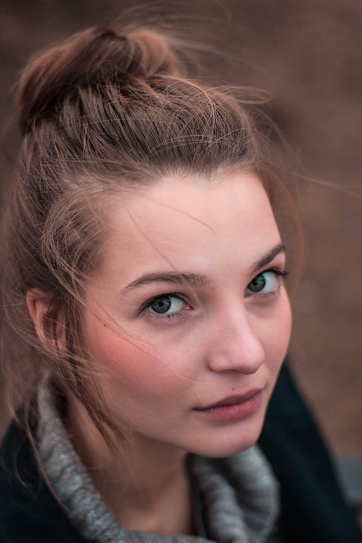 Retrato en picado de chica joven