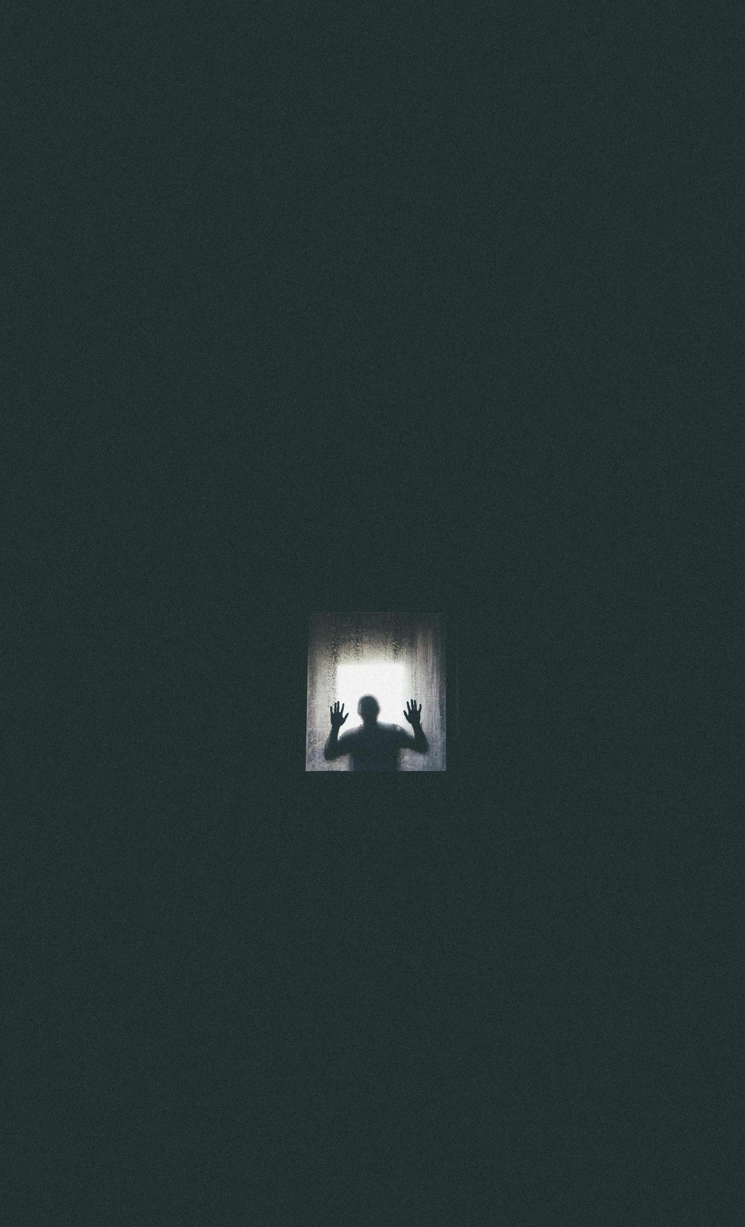 Imagen de misterio con luz de ventana