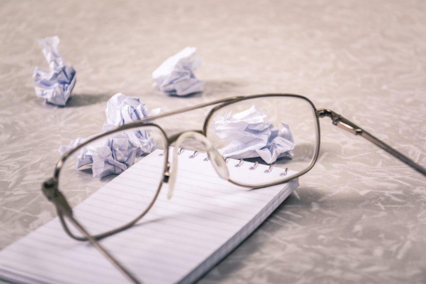 papel arrugado gafas