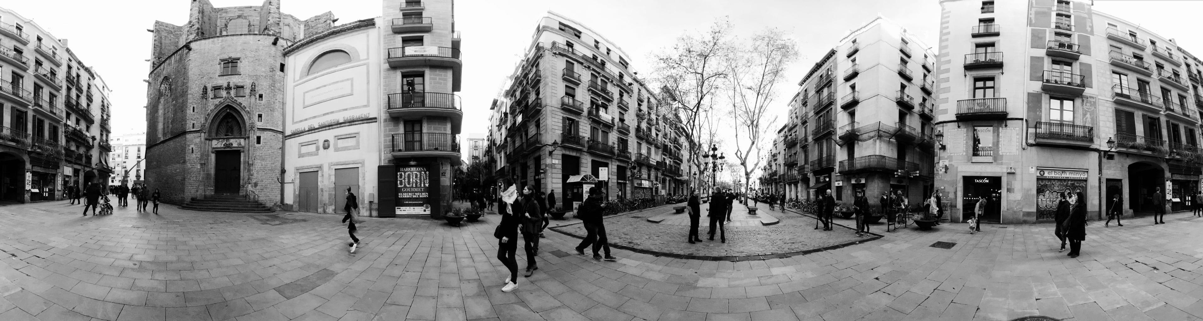 Fotografía móvil panorámica en blanco y negro de barrio de Barcelona