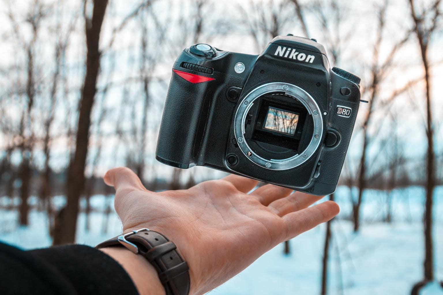 Cámara Nikon en el aire