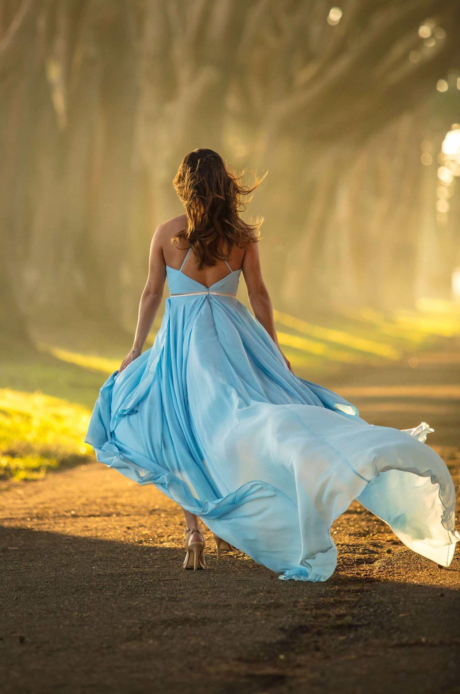 Mujer con vestido claro