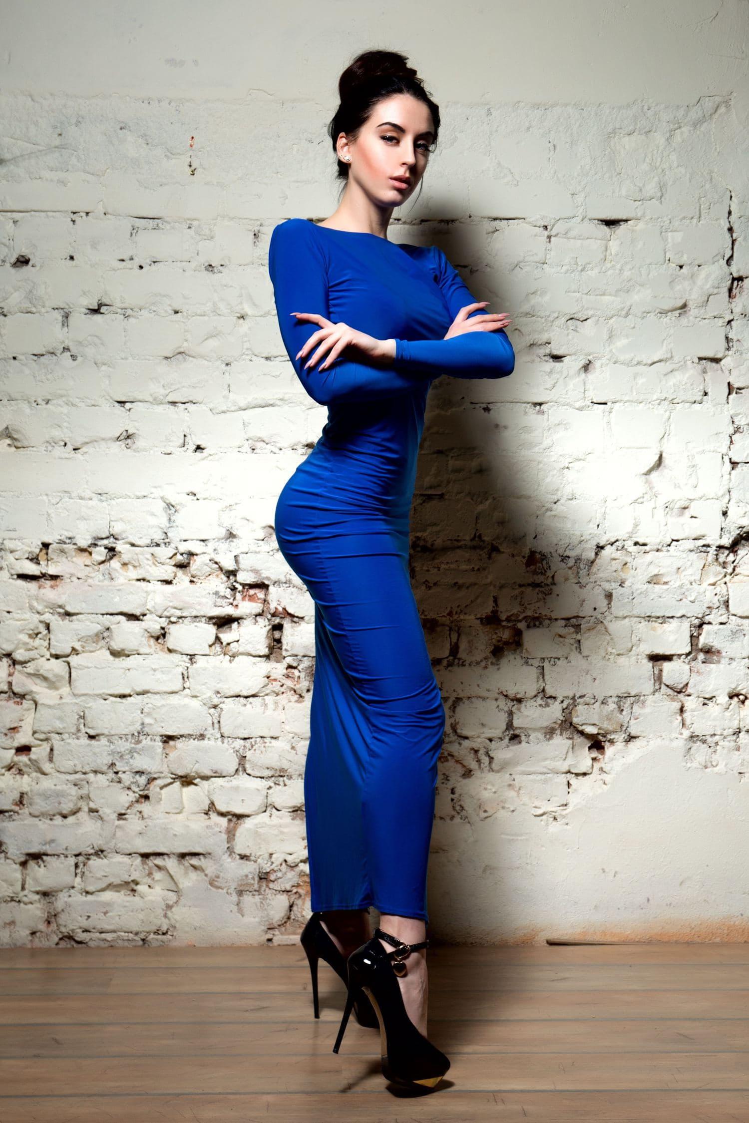 Mujer con vestido azul