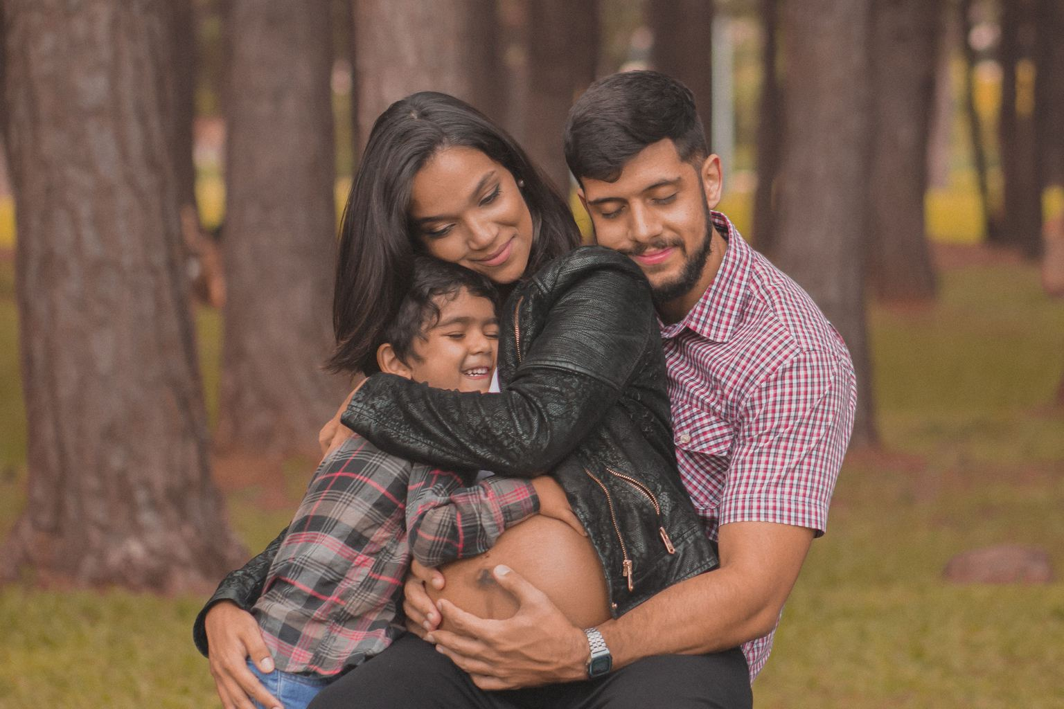 Foto de embarazo con la familia abrazada