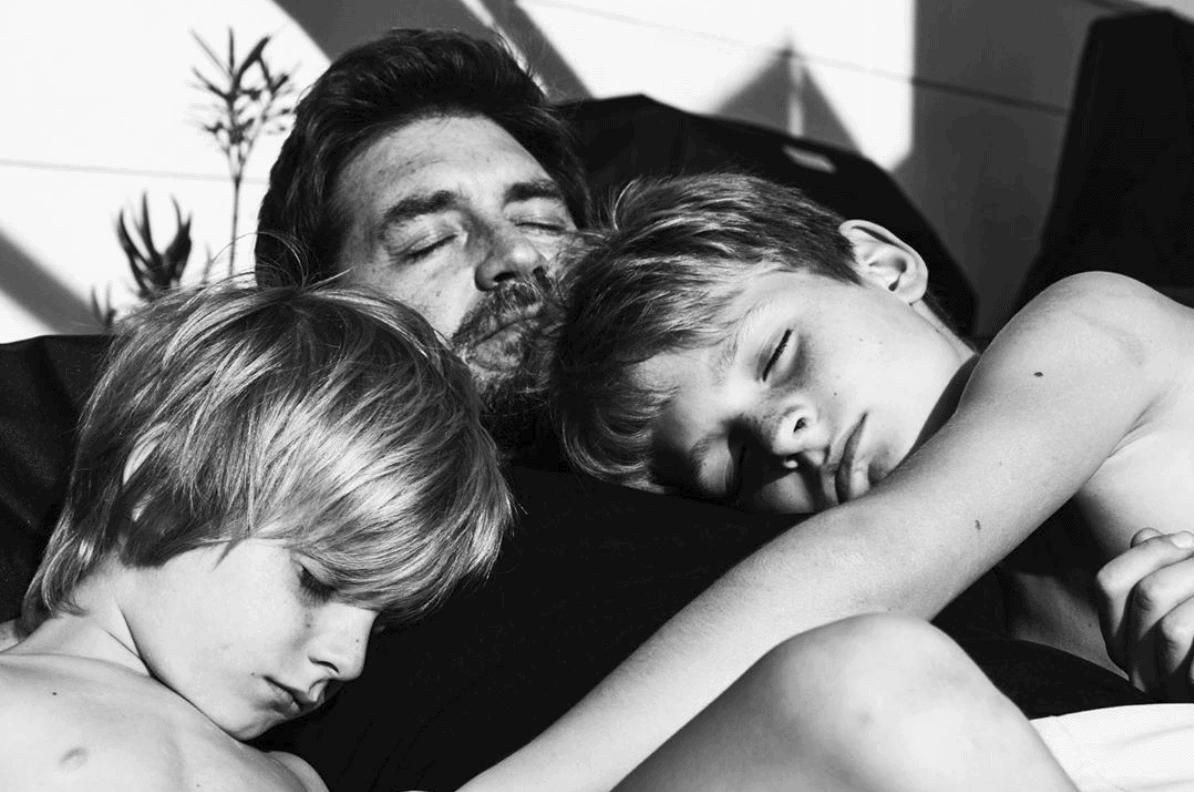 Padre durmiendo la siesta con sus hijos, ganadora del fotoreto53