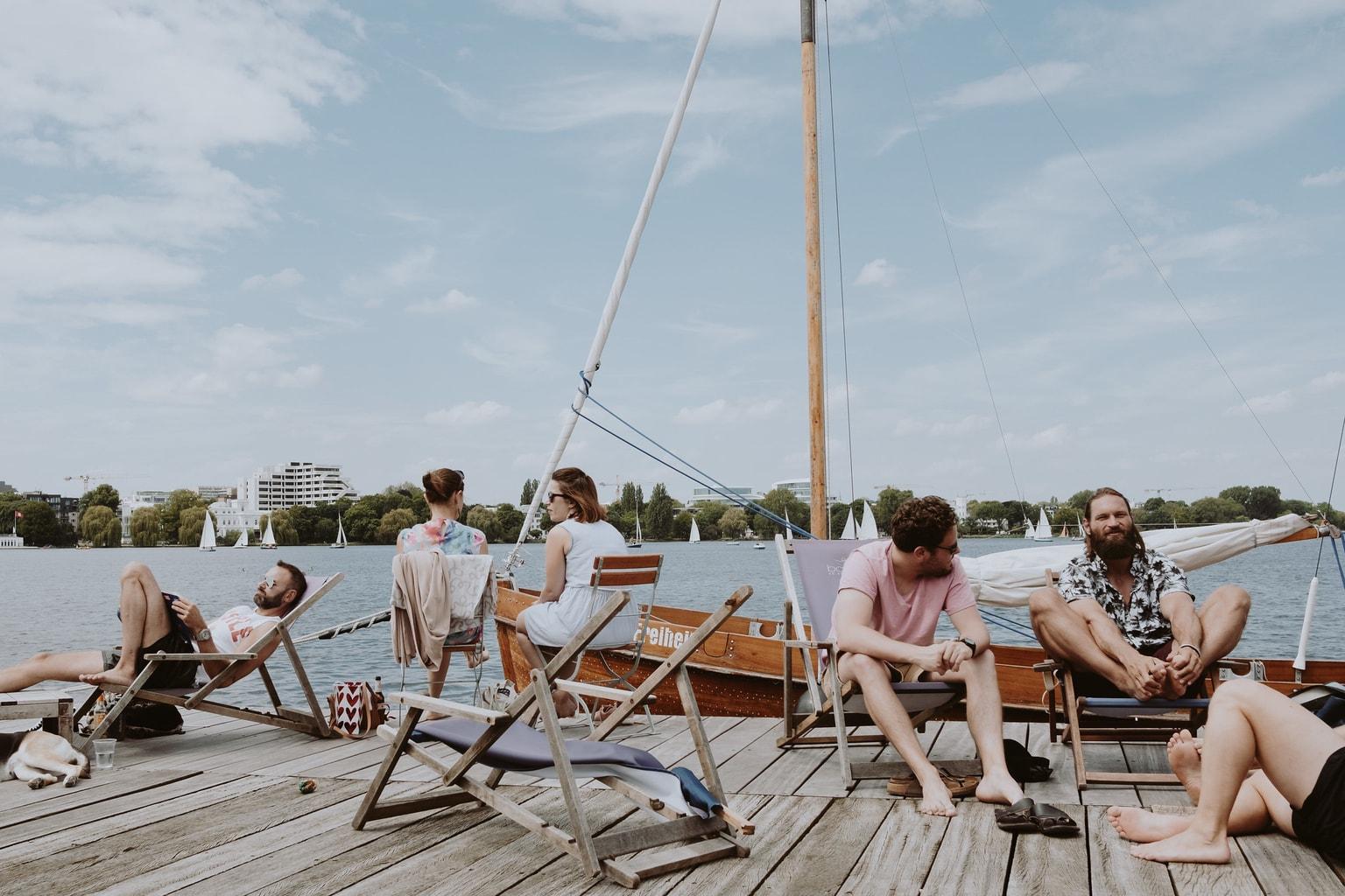 Embarcadero con gente fotografiado con un Fujifilm 23mm