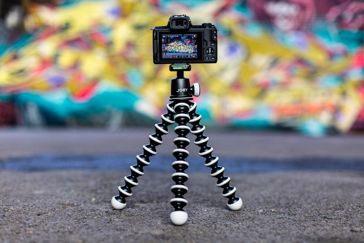 mini trípode con cámara y fondo desenfocado
