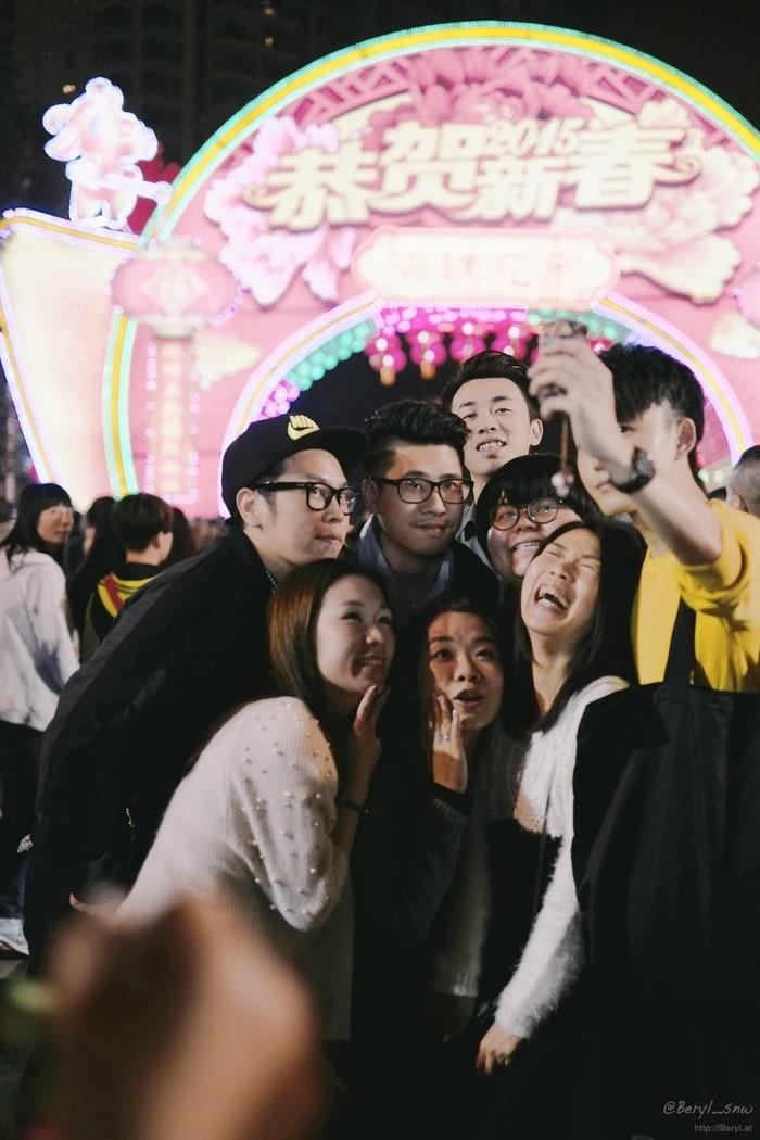 Amigos haciéndose un selfie en una feria