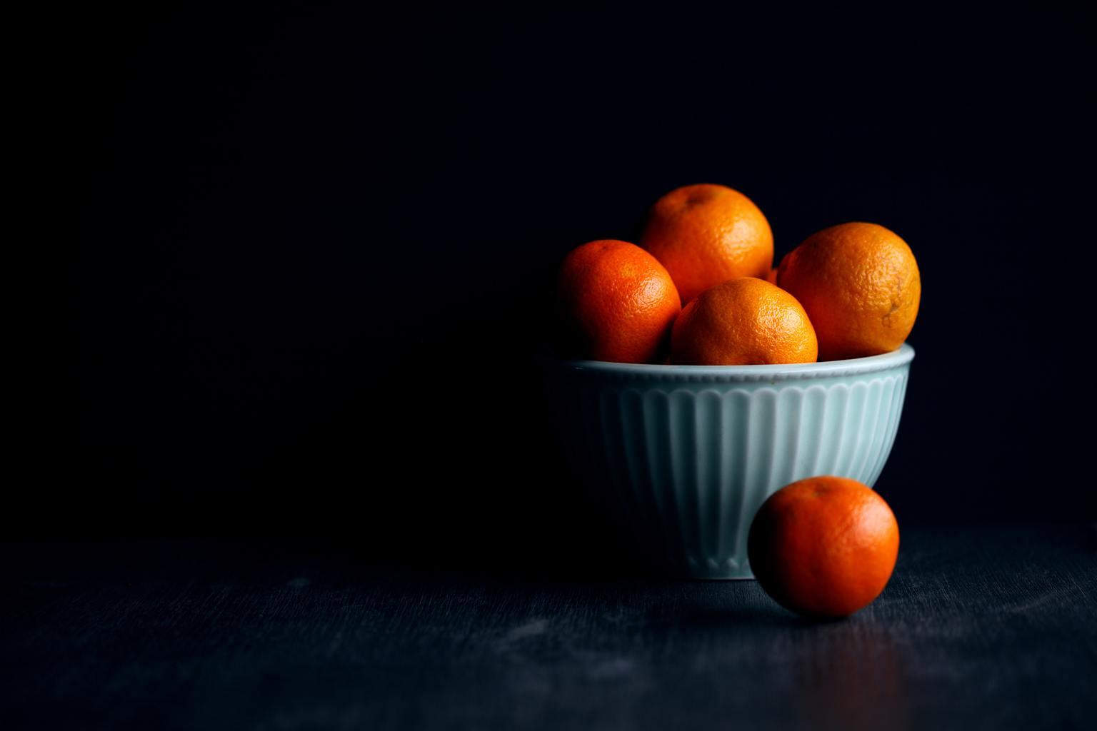 naranjas fondo oscuro naturaleza muerta