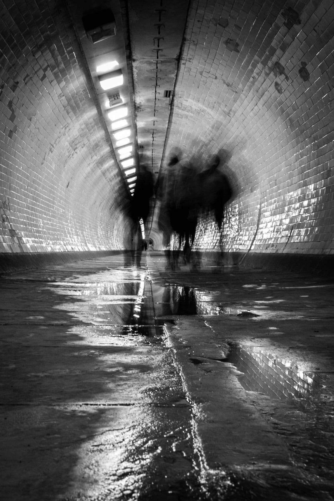 Foto de túnel en blanco y negro tomada con Pancake de Canon