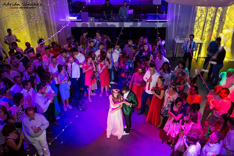 Fotografía de boda en momento del baile que refleja parte del equipo del fotógrafo de boda con la iluminación