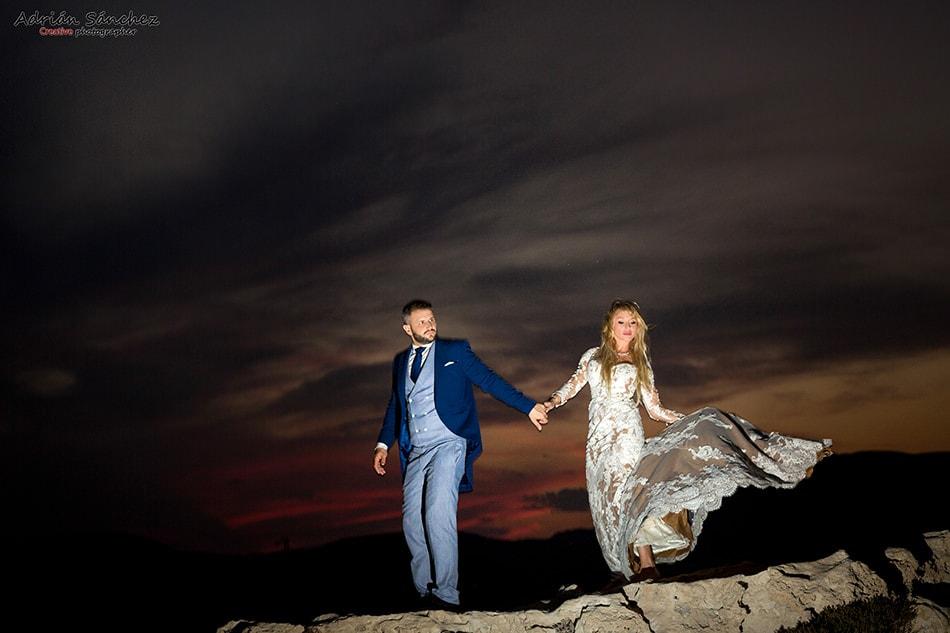 Fotografía nocturna de los novios para la que se necesita un flash como parte del equipo del fotógrafo de boda