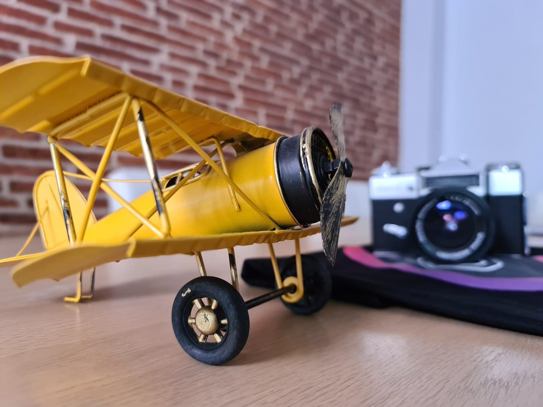 Avioneta de juguete fotografiada con Galaxy S20 Ultra