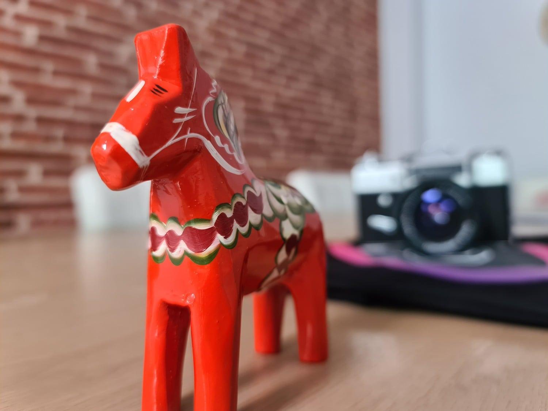 Foto de muestra de caballito rojo de juguete con Galaxy S20 Ultra