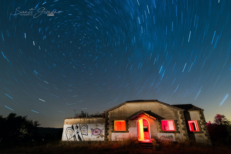 Fotografía nocturna de edificio abandonado iluminado y circumpolar
